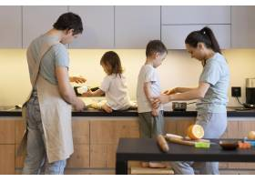 中等镜头的父母和孩子在厨房里_12688754