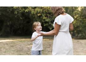 中镜头奶奶和孩子手牵手_10849605