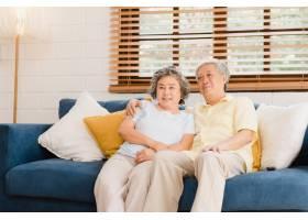 亚洲老年夫妇在家中客厅看电视甜蜜的夫妇_4396391
