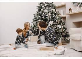人们为圣诞节而修缮人们和孩子一起玩耍_12040923