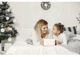 人们在为圣诞节做准备母亲和女儿一起玩耍_11743861