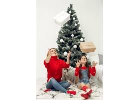 人们在为圣诞节做准备母亲和女儿一起玩耍_11744862