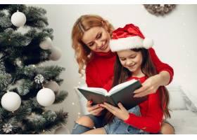 人们在为圣诞节做准备母亲和女儿一起玩耍_11744939