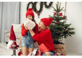 人们在为圣诞节做准备母亲和女儿一起玩耍_11745022