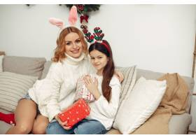 人们在为圣诞节做准备母亲和女儿一起玩耍_11745044