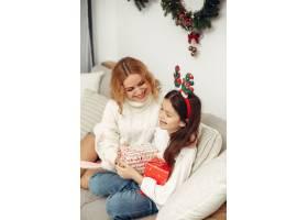 人们在为圣诞节做准备母亲和女儿一起玩耍_11745049