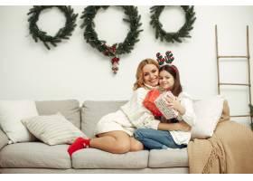 人们在为圣诞节做准备母亲和女儿一起玩耍_11745054