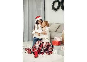 人们在为圣诞节做准备母亲和女儿一起玩耍_11745096