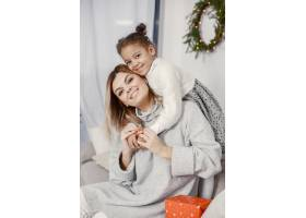 人们在为圣诞节做准备母亲和女儿一起玩耍_11776903