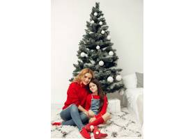 人们在为圣诞节做准备母亲和女儿一起玩耍_11777758
