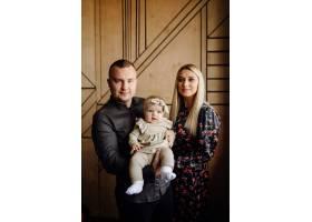 一个年轻家庭的肖像_11029874