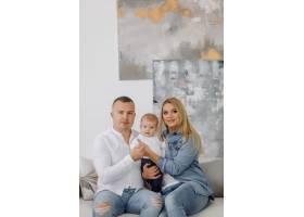 一个年轻家庭的肖像_11029898
