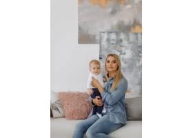 一个年轻家庭的肖像_11029899