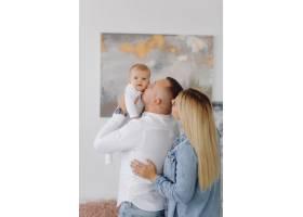 一个年轻家庭的肖像_11029916