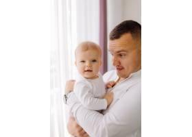 一个年轻家庭的肖像_11029925