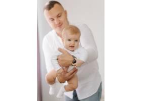一个年轻家庭的肖像_11029932