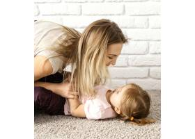 一名妇女在母亲节与女儿在家中共度时光_12658844