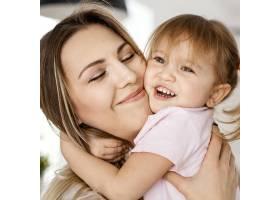 一名妇女在母亲节与女儿在家中共度时光_12658846