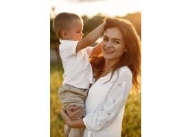 一家人在夏季公园里母亲穿着白色连衣裙_10884425