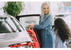 一家人在汽车沙龙里买车的女人和妈妈在_11757665