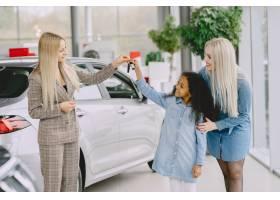 一家人在汽车沙龙里买车的女人和妈妈在_11757697