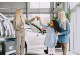 一家人在汽车沙龙里买车的女人和妈妈在_11800074