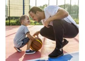 一家人在篮球场上玩耍_11176290