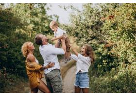 一家人带着儿子和女儿一起在公园里_10298361