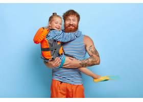红头发的女儿和父亲拿着游泳器材摆姿势_12609210