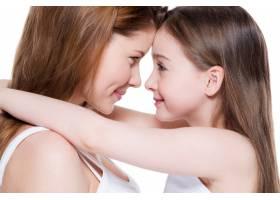 美丽幸福的年轻母亲带着8岁的小女儿在演播_11180597