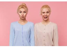 美丽的年轻金发双胞胎的肖像在粉色背景下嬉_10787312