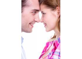 美丽的微笑情侣孤立地看着对方的特写肖像_11554715