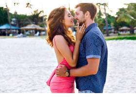 阳光明媚的夏日快乐年轻时髦的情侣在海滩_9855916