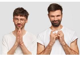 迷人的两个没有刮胡子的年轻男子有着耐人寻_10521320