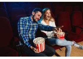 迷人的年轻高加索夫妇在电影院房子或电影_12264856