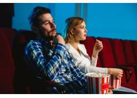 迷人的年轻高加索夫妇在电影院房子或电影_12264858
