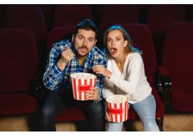 迷人的年轻高加索夫妇在电影院房子或电影_12264862
