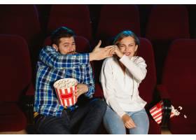 迷人的年轻高加索夫妇在电影院房子或电影_12265111