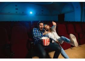 迷人的年轻高加索夫妇在电影院房子或电影_12265140
