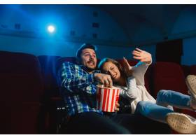 迷人的年轻高加索夫妇在电影院房子或电影_12265143