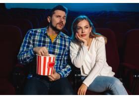 迷人的年轻高加索夫妇在电影院房子或电影_12265149