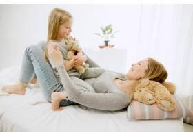 阳光明媚的早晨年轻的母亲和她的小女儿在_11166646