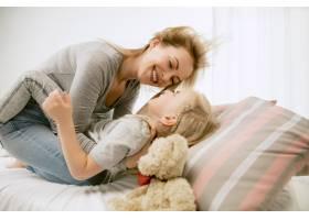 阳光明媚的早晨年轻的母亲和她的小女儿在_11166650