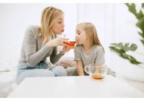 阳光明媚的早晨年轻的母亲和她的小女儿在_11166651