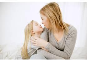 阳光明媚的早晨年轻的母亲和她的小女儿在_11166653