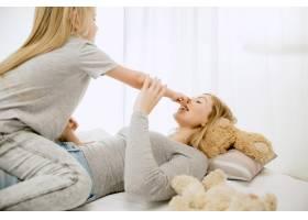 阳光明媚的早晨年轻的母亲和她的小女儿在_11530175
