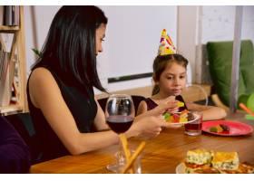 母女俩在家里庆祝生日一大家子人一边吃蛋_12265382
