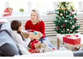 母女俩打开圣诞礼物_11262670