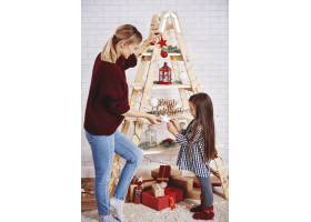 母女俩装饰圣诞树_11757050