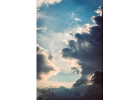 毛茸茸的白云在天空中聚集的垂直镜头_10399882